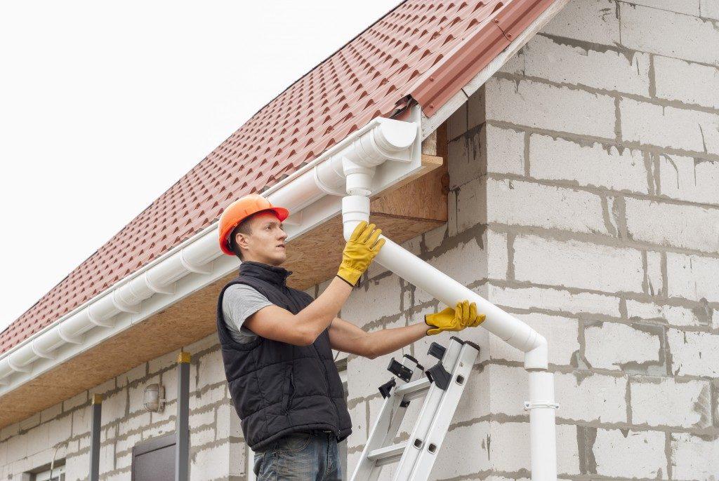contractor fixing gutter
