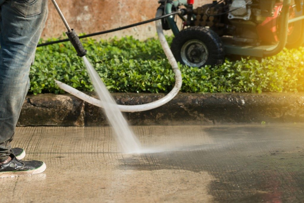 Pressure cleaning a driveway