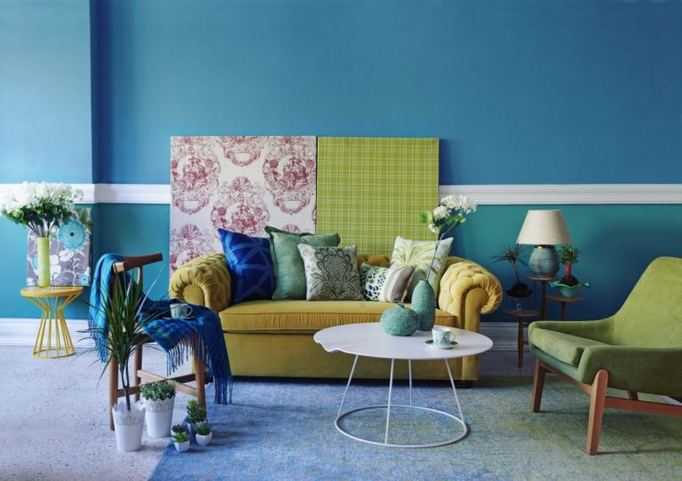living room in turquoise wallpaper